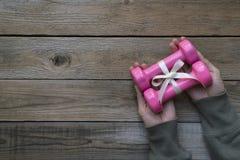 Подарок, гантели, для здоровья и тренировки Стоковое Фото
