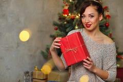 Подарок девушки и рождества стоковое изображение