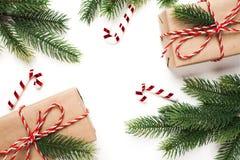 Подарок, дерево и орнамент рождества на белой предпосылке Стоковое Изображение