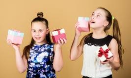 Подарок детей услаженный девушками Девушки прелестные празднуют день рождения Подарки на день рождения любов детей счастливые Пок стоковые фото