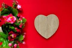 Подарок для второй половины, букет цветков, романтичное фото дня ` s валентинки, деревянное сердце на красной предпосылке, предпо Стоковое Изображение
