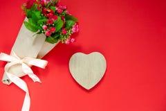 Подарок для второй половины, букет цветков, романтичное фото дня ` s валентинки, деревянное сердце на красной предпосылке, предпо Стоковое фото RF