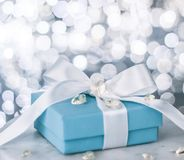 """подарок для ее на Валентайн \ """"день s - праздник представляет концепцию стоковая фотография rf"""