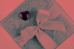 Подарок или присутствующая коробка в цвете живя коралла на день Святого Валентина стоковые фото