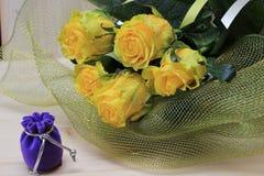 Подарок и букет желтых роз Стоковая Фотография RF