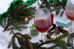 Подарок и вино на праздники против запачканных светов Стоковое Изображение