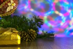 Подарок и рождество забавляются с пестроткаными светами на предпосылке Стоковая Фотография