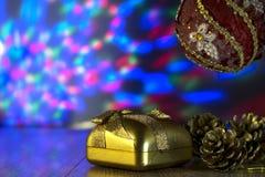 Подарок и рождество забавляются с пестроткаными светами на предпосылке Стоковое фото RF
