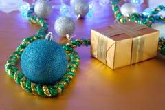 Подарок и шарик рождества Стоковое фото RF