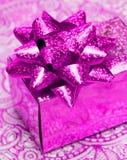 подарок коробки смычка Стоковые Изображения