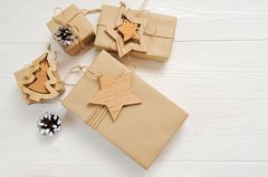 Подарок коробок рождества модель-макета с биркой и место для вашего текста на белой деревянной предпосылке Плоское положение, нас Стоковые Фотографии RF