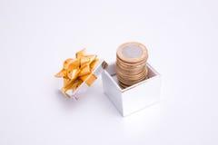 подарок монетки коробки к Стоковая Фотография