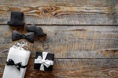 Подарок на день рождения для людей Обернутая коробка, печенья в форме черного галстука, усика, шляпы Деревянное copyspace взгляд  Стоковая Фотография RF