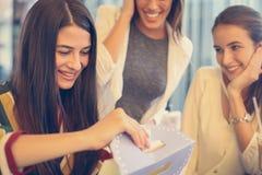 Подарок на день рождения отверстия девушки от подруг Стоковое Изображение