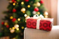 Подарок на рождество в красной упаковочной бумаге стоковое изображение