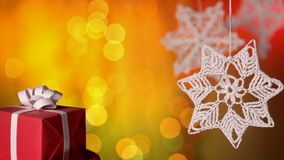 Подарок на рождество и вязать крючком крючком украшения xmas против расплывчатой предпосылки акции видеоматериалы