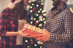 Подарок на рождество концепции в руках Стоковые Изображения