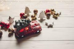 подарок на рождество красная игрушка автомобиля с рождественской елкой на верхней части на whi Стоковое Изображение