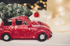 подарок на рождество красная игрушка автомобиля с рождественской елкой на верхней части на whi Стоковое Изображение RF
