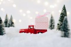 Подарок на рождество нося автомобиля приемистости игрушки Стоковое Изображение