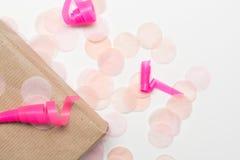Подарок на рождество, подарок обернутый с бумажной и розовой лентой Стоковые Фотографии RF