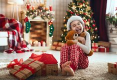 Подарок на рождество ребенка раскрывая стоковое изображение