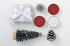 Подарок на рождество со свечой и рождественской елкой стоковые изображения rf