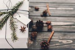 подарок на рождество стильный подарок белого рождества с пустой биркой a Стоковое фото RF