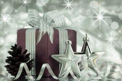 Подарок на рождество с серебряными звездами и конусом сосенки. Стоковые Изображения RF