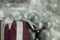 Подарок на рождество с серебряными Baubles яркого блеска. Стоковая Фотография RF