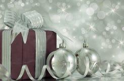 Подарок на рождество с серебряными Baubles. Стоковые Фото