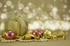 Подарок на рождество с baubles. Стоковое Изображение RF