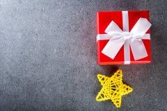 Подарок на рождество на темной предпосылке в винтажном стиле Оформление и подарок рождества для полюбленное одного Пустой космос  Стоковое Изображение