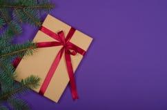 Подарок на рождество на фиолетовой предпосылке стоковое фото rf