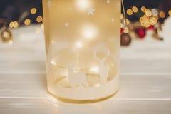 подарок на рождество фонарик с оленями и простыми орнаментами и c Стоковые Фотографии RF