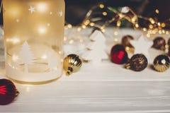 подарок на рождество фонарик с оленями и простыми орнаментами и c Стоковое фото RF