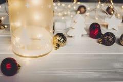 подарок на рождество фонарик с оленями и простыми орнаментами и c Стоковое Изображение