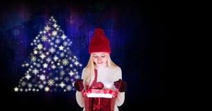 Подарок отверстия женщины и рождественская елка снежинки делают по образцу форму Стоковая Фотография RF