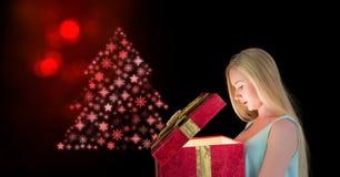 Подарок отверстия женщины и рождественская елка снежинки делают по образцу форму Стоковые Изображения