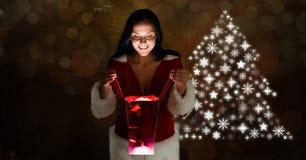 Подарок отверстия женщины и рождественская елка снежинки делают по образцу форму Стоковое Изображение