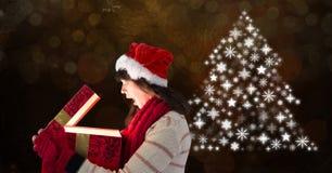 Подарок отверстия женщины и рождественская елка снежинки делают по образцу форму Стоковое Фото