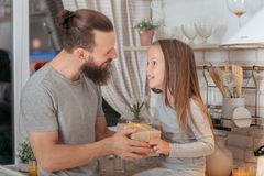 Подарок отношения дочери отца заботы любов стоковая фотография rf