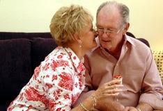 подарок пар давая старший стоковые фото