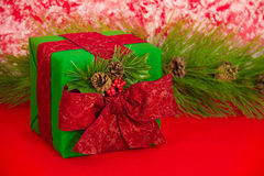 Подарок праздника с конусами сосенки Стоковые Изображения RF