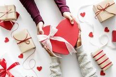 Подарок предложения руки и сердца показывая влюбленность Стоковое Изображение