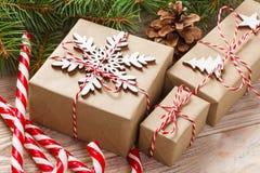 Подарок рождества, ветви ели и орнамент рождества на белой предпосылке Плоское положение, взгляд сверху Стоковые Фото