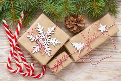 Подарок рождества, ветви ели и орнамент рождества на белой предпосылке Плоское положение, взгляд сверху Стоковое Фото