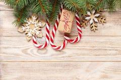 Подарок рождества, ветви ели и орнамент рождества на белой предпосылке Плоское положение, взгляд сверху Стоковая Фотография