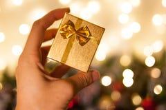 Подарок рождества или счастливый Новый Год Малая золотая подарочная коробка Подарок на рождество и Новый Год Упаковывать для ювел стоковая фотография rf