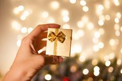 Подарок рождества или счастливый Новый Год Малая золотая подарочная коробка Подарок на рождество и Новый Год Упаковывать для ювел стоковая фотография